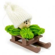 Karácsonyfadísz zöld ruhás szánkózó kisfiú 484345