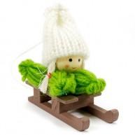 Karácsonyfadísz, kislány szánkózik zöld ruhában fehér sapkával 4438B