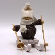 IMP-EX karácsonyfadísz kisfiú szánkón szürke pulóverben