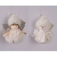 Karácsonyi dekorációs figura fehér plüss ruhában akasztható- anygalka vagy hóember